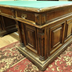 Старинный-письменный-стол-из-дерева-дуба