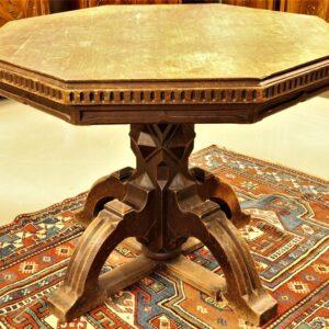 старинный-восьмиугольный-стол-в-готическом-стиле