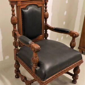 старинное-кресло-из-дерева-дуба