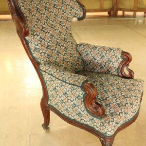 старинное-кресло-обитое-плюшем